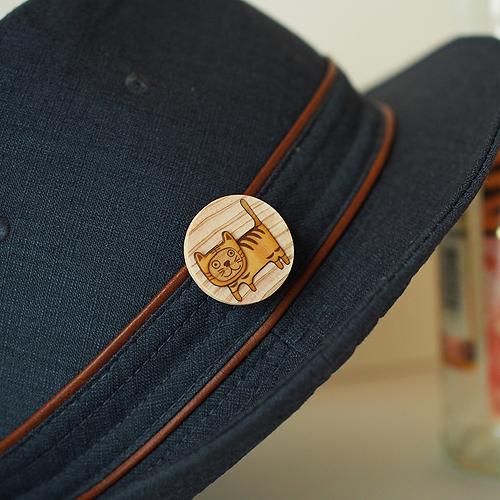 木はり絵ブローチと帽子
